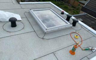 witte dakbedekking met koepel